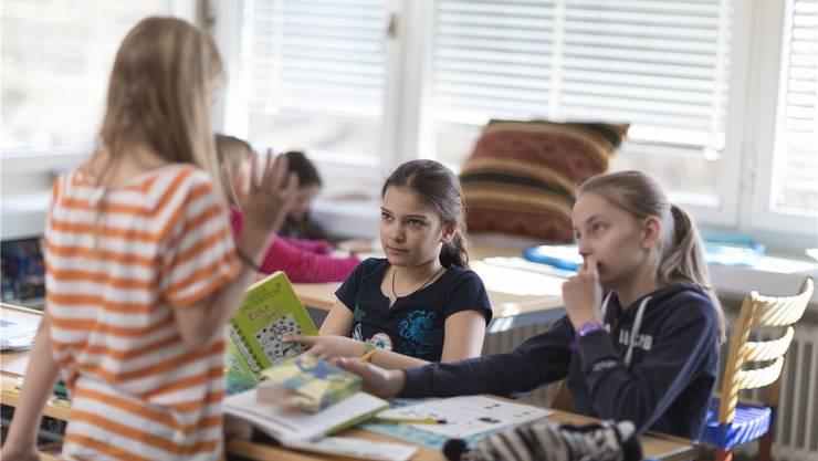 Eltern, welche ihre Kinder in die Privatschule schicken, werden momentan vom Kanton Baselland mit jährlich 2500 Franken unterstützt. Dies soll sich nun ändern. Der Kanton hofft auf einen Spareffekt von 3,7 Millionen Franken pro Jahr. (Symbolbild)