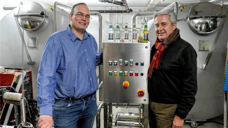 Michael Schneider (r.) und Peter Oppliger stellen ihre Tonics in Allschwil mit frischem Bergquellwasser her.