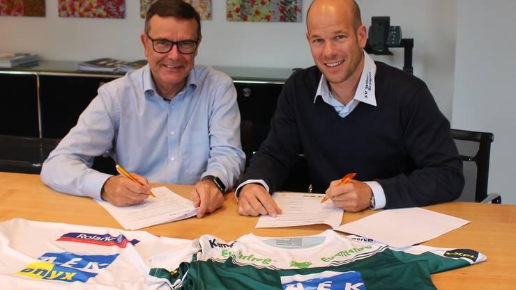 Walter Wirth, CEO AEK onyx AG, und Reto Luginbühl, Präsident SV Wiler Ersigen, bei der Vertragsunterzeichnung.