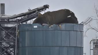 Blick auf ein Lagerhaus nach einer großen Explosion. Britische Medien berichteten unter Berufung auf die Rettungskräfte, es habe bei dem Vorfall mehrere Verletzte gegeben. Foto: Ben Birchall/PA/dpa