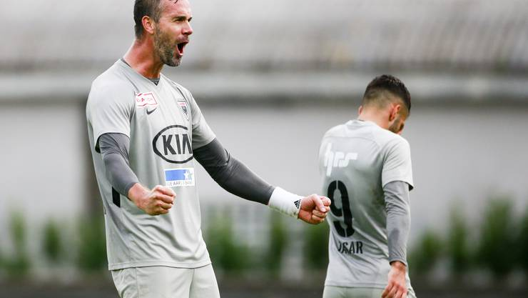 Geschafft! Mit einem Treffer in der Nachspielzeit kann sich der FC Aarau in Führung und zum Sieg schiessen – das Duell gegen Chiasso endet mit 3:2.