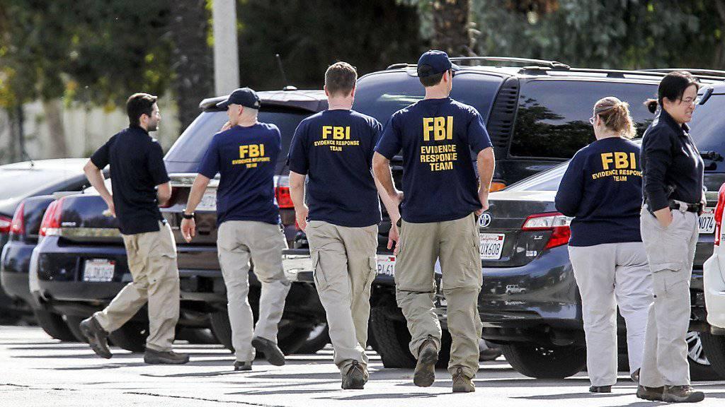 Ermittler  durchsuchen ein Haus und Umgebung in Zusammenhang mit einer Schiesserei in San Bernardino in Kalifornien, bei der 14 Menschen getötet wurden.  Ein Imam der örtlichen Moschee hat einen religiösen Hintergrund der Tat zurückgewiesen.