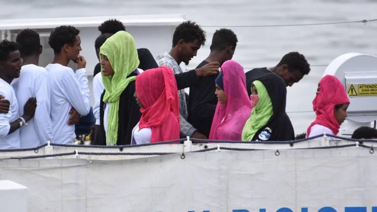 Aus Seenot gerettete Migranten auf einem Schiff der italienischen Küstenwache 2018. Deutschland fordert eine grössere Beteiligung aller EU-Saaten bei der  Seenotrettung. (Foto: Orietta Scardino/EPA/KEYSTONE)