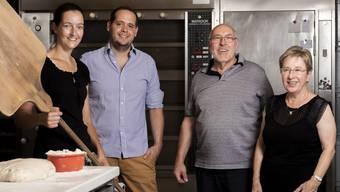 Ruth und Peter Bürgi (v. r.) übergeben ihre Lengnauer Bäckerei an Samuel Hauser und seine beiden Geschäftspartner der Niederweninger Blum-Hauser Gastronomie. Yvonne Merkofer, seit 18 Jahren im Betrieb, wird neu die Produktion leiten.