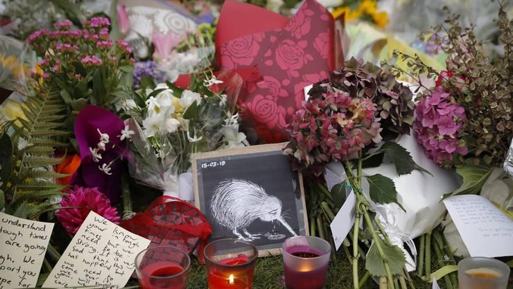 Trauernde haben an einer Gedenkstätte in Christchurch Blumen, Bilder oder Kerzen für die Opfer niedergelegt.