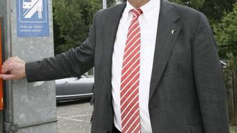 Regierungsrat Jörg Krähenbühl versucht, das Loch in der Schlafzimmerwand mit Humor zu nehmen. Den Schaden will er von der BLT aber ersetzt haben.