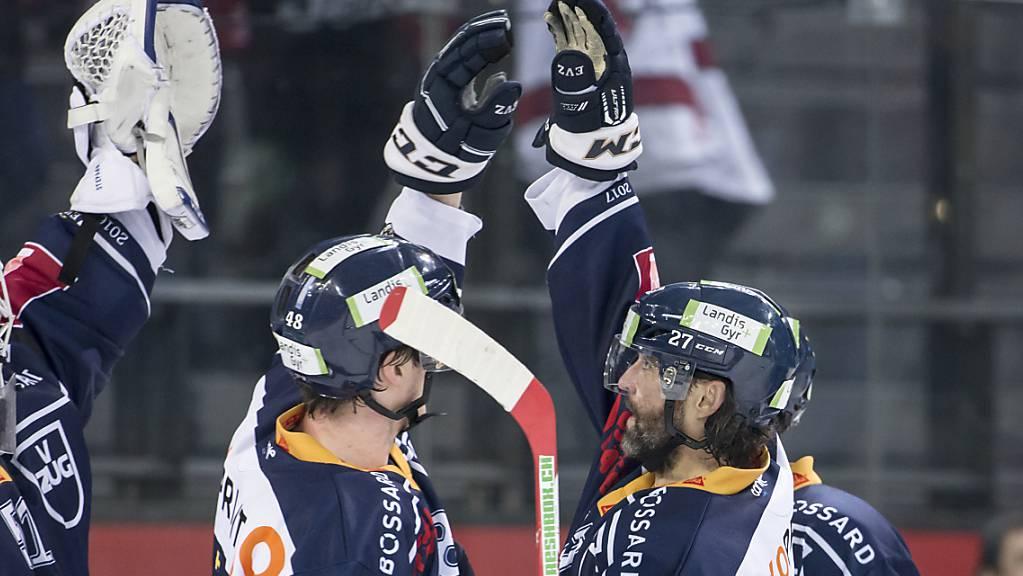 Während sich die Zuger im Stadion über den Eishockey-Meistertitel freuen, feiern laut Polizei tausende Fans den Sieg in der Umgebung des Stadions.