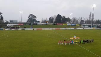 Die beiden Teams kurz vor Spielbeginn - hinten links die angereisten FCA-Fans