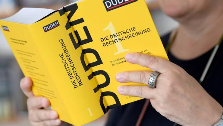 Die Leiterin der Dudenredaktion Kathrin Kunkel-Razum hält in Berlin einen Duden der 27. Auflage in der Hand. Die Duden-Redaktion hat das Nachschlagewerk für die neue Auflage um 5000 Wörter ergänzt. (Archiv)