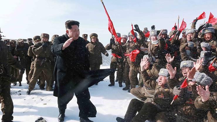 Nordkoreas Führung um Kim Jong Un (Mitte) schlägt sanftere Töne an. (Archivbild)
