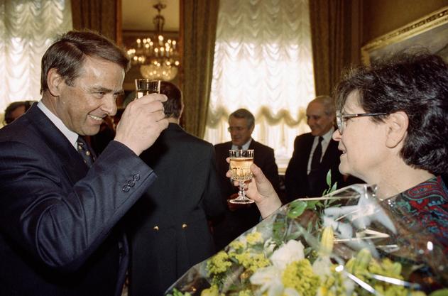 Adolf Ogi gratuliert 1993 Ruth Dreifuss zur Wahl in den Bundesrat. Von ihrem Innenministerium übernimmt Ogi 1995 den Sport ins heutige VBS.