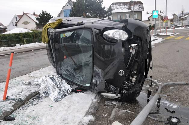 Ein Autolenker überfuhr die Mittelinsel, worauf sich das Auto überschlug und auf dem Dach zum Stillstand kam.