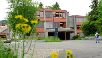 Gehen in Menziken künftig nur noch Sek- und Realschüler im Oberstufenschulhaus «Menzo» ein und aus? (Archiv)