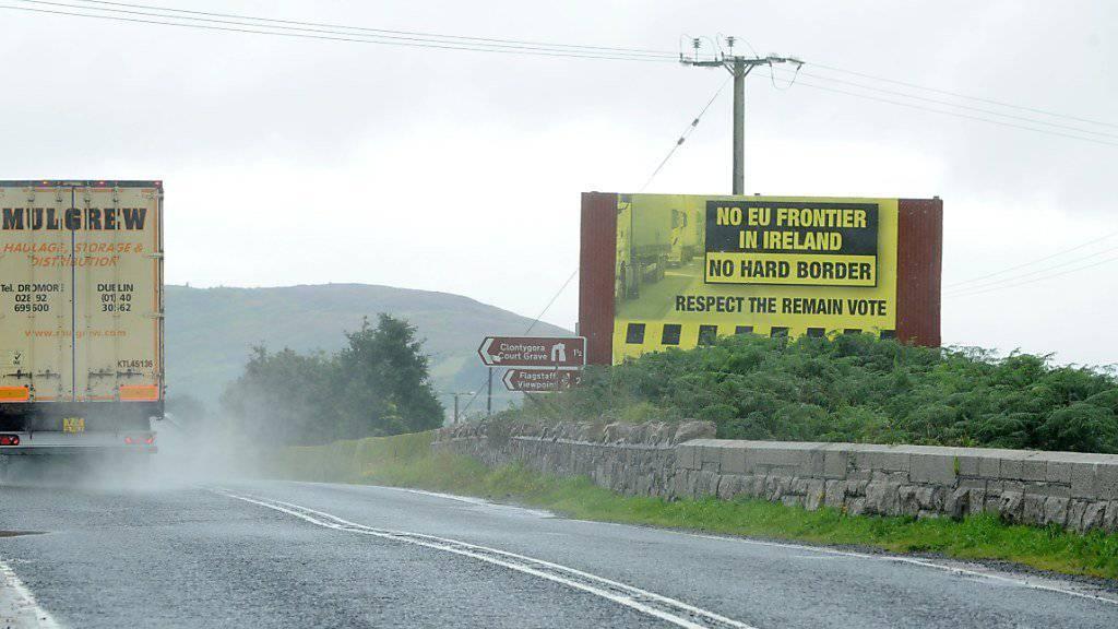 Eine Zollunion von EU und Grossbritannien würde unter anderem die Einführung von Grenzkontrollen an der inneririschen Grenze vermeiden. Doch die Regierung in London spricht sich dezidiert gegen eine solche Union aus. (Archivbild)
