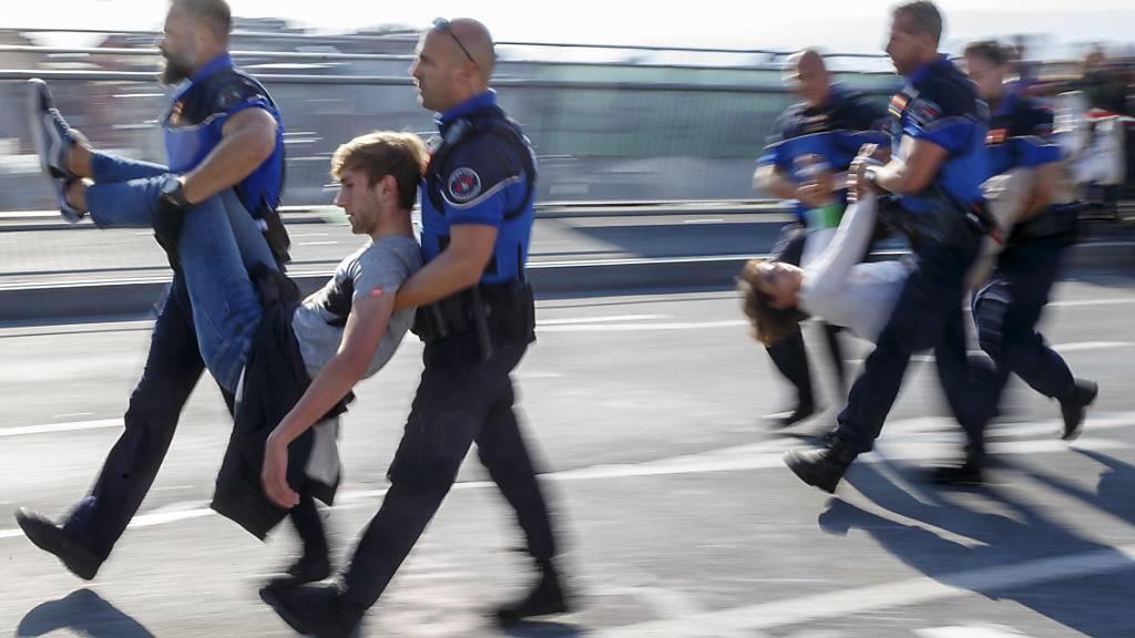 Aktivisten der Bewegung «Extinction Rebellion» gegen die Klimakrise wurden am 20. September von der Polizei weggetragen und in Gewahrsam genommen, nachdem sie eine zentrale Brücke in Lausanne blockiert hatten. (Archivbild).