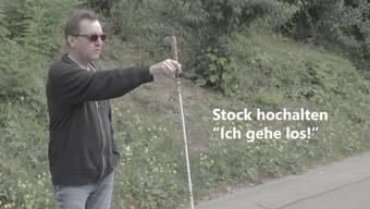 So überquert eine blinde Person die Strasse.