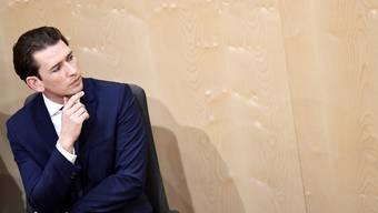 Sebastian Kurz verfolgt in der Wiener Hofburg, wo die Legislative temporär tagt, die parlamentarische Debatte über das Misstrauensvotum.Bild: Christian Bruna/EPA (27. Mai 2019)