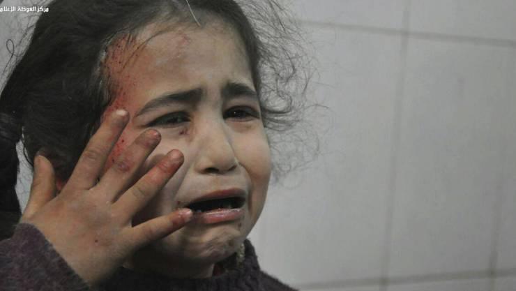 Auch zahlreiche Kinder werden in der Rebellenhochburg Ost-Ghuta bei Damaskus jeden Tag von Bomben der syrischen oder russischen Luftwaffe verletzt oder getötet (Aufnahme vom Mittwoch aus dem östlichen Vorort von Damaskus).
