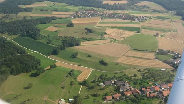 Luftaufnahme vom Bözberg: Vorne befindet sich Linn (angeschnitten); in der Mitte ist das Dorf Gallenkirch zu sehen.