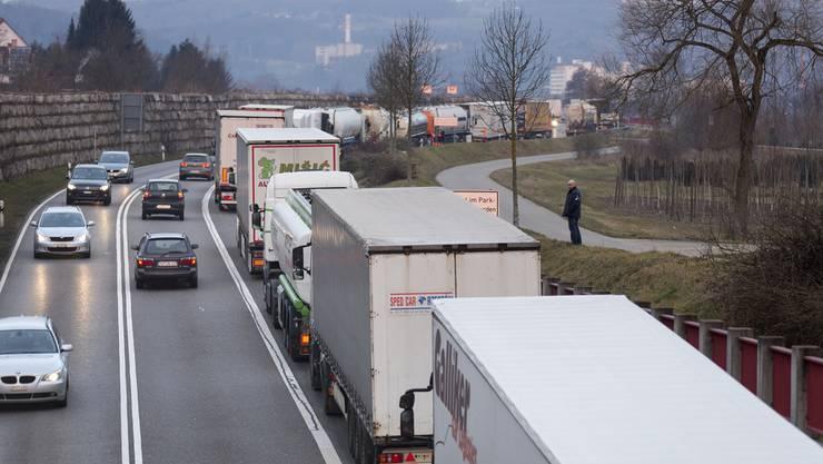 Noch immer durchqueren fast eine Million Lastwagen pro Jahr die Schweiz. Der Bundesrat will die Verlagerung auf die Schiene daher weiter vorantreiben. (Archivbild)