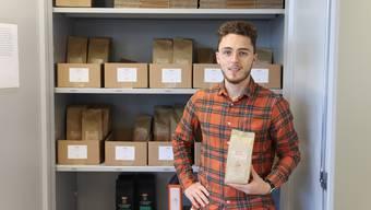 Hier weht Kaffeeduft: Loris Delorenzi steht vor seinem Lager bei der Urdorfer Stiftung Solvita.
