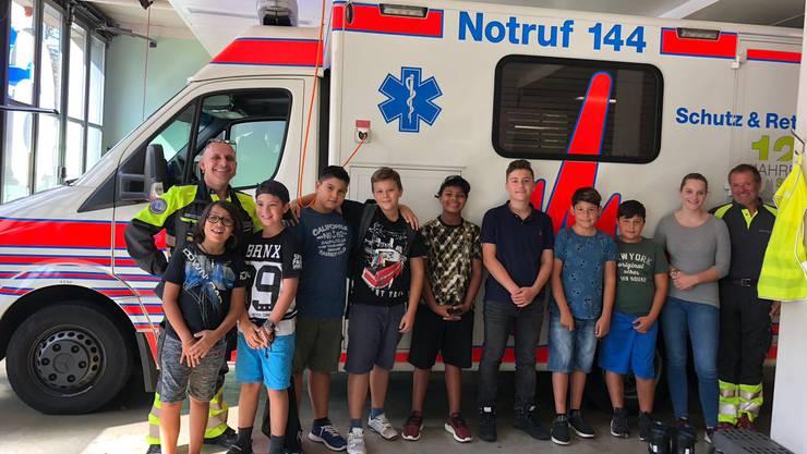 Unter der Leitung von zwei erfahrenen Rettungssanitätern lernten die Kinder und Jugendlichen den Rettungswagen kennen. Bild: Bettina Pfister