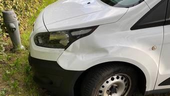 Vorne links ist das Auto beschädigt.