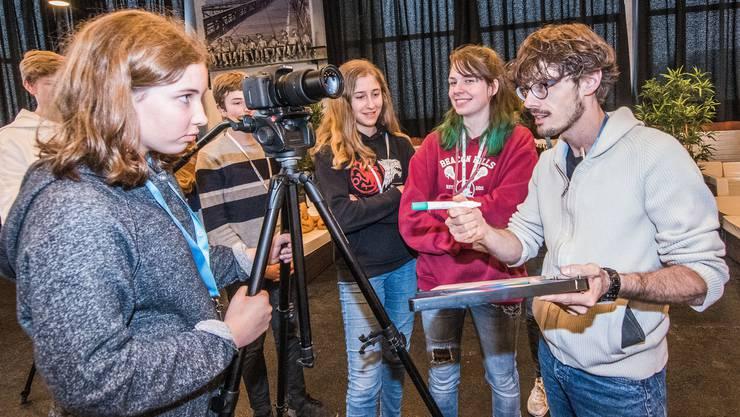 Giacun Caduff, Movie Camp Direktor, Produzent und Regisseur erklärt den teilnehmenden Jugendlichen, wie die «Klappe» funktioniert.