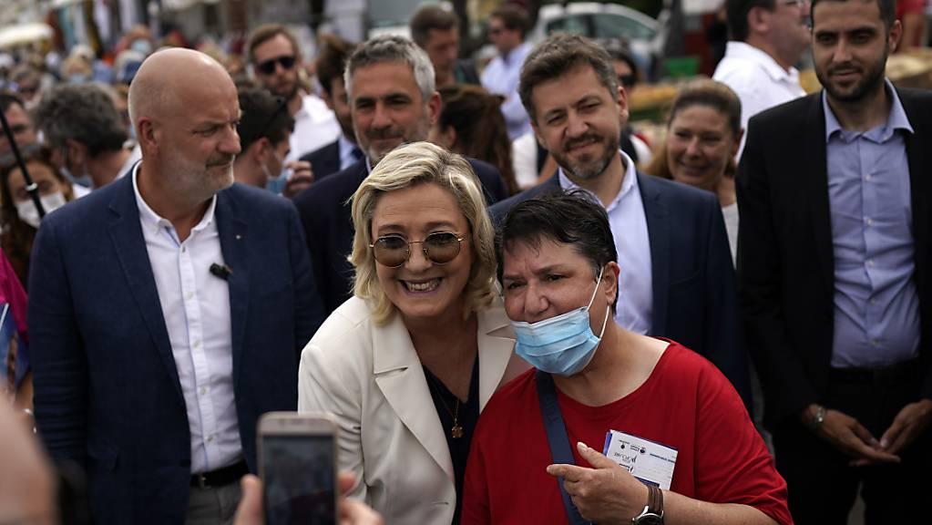 Die Parteivorsitzenden der Rassemblement National Marine Le Pen (Mitte) posiert bei einer Wahlkampfveranstaltung für ein Foto. Bei den anstehenden Regionalwahlen könnte die Partei Rassemblement National in einer der französische Regierungsbezirke die Wahlen gewinnen.