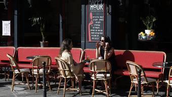 dpatopbilder - Zwei Frauen sitzen im Außenbereich an einem Tisch einer Gastronomie. In Frankreich wurden weitere Lockerungen während der Corona-Pandemie durchgesetzt, so dass Restaurants und Cafés unter bestimmten Bedingungen nun wieder öffnen dürfen. Foto: Thibault Camus/AP/dpa