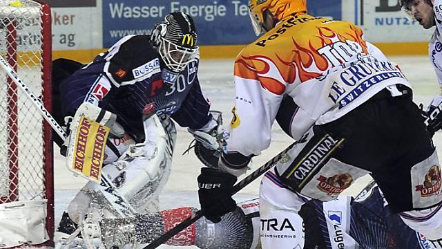 EVZ-Goalie Markkanen wehrt die Fribourger Angriffe ab