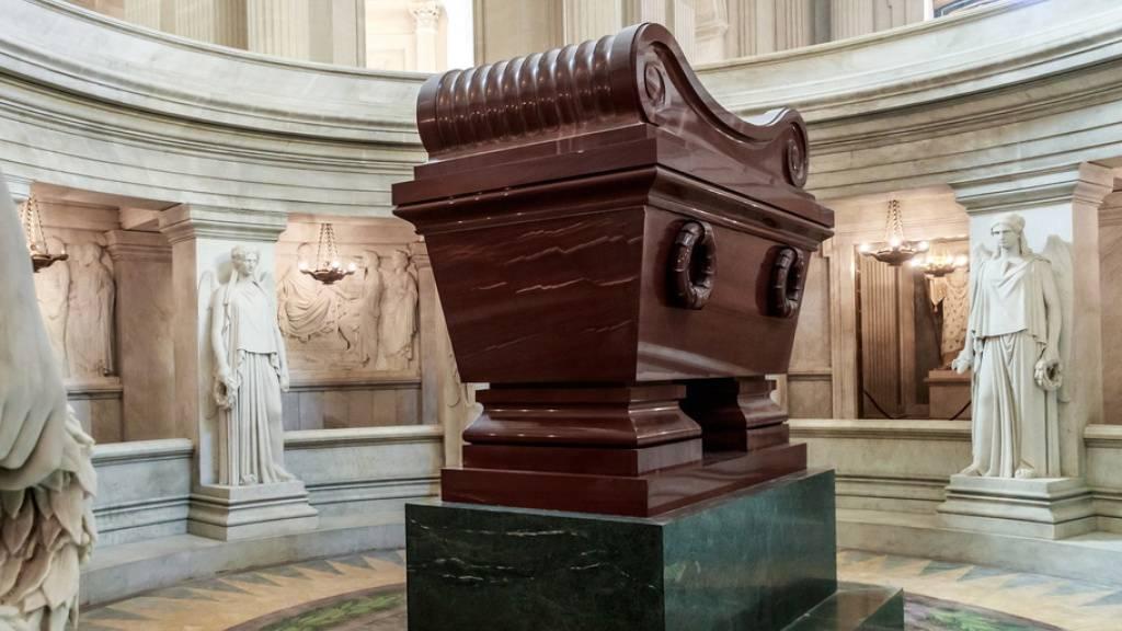 Napoleons Grab in Paris. Zu seinem 200. Todestag wird wieder die These herumgereicht, er sei an Arsen gestorben. Stimmt nicht: Es war Magenkrebs. Die Napoleonpose mit der Hand hinter der Knopfleiste hat im übrigen nichts mit Bauchweh zu tun: Es war seit der Antike eine Geste der Tugend (Archivbild).