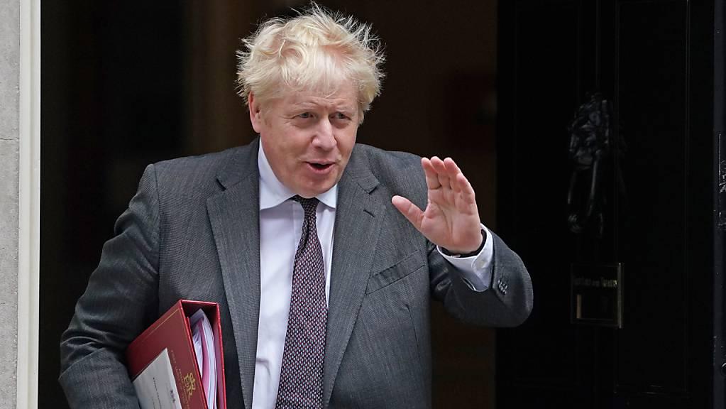Großbritanniens Premierminister Boris Johnson verlässt 10 Downing Street. In Großbritannien steht laut Nachrichtenagentur PA unter Berufung auf eine «Quelle in der Downing Street» ein Umbau des Kabinetts kurz bevor. Johnson werde demnach noch am Mittwoch einige Minister austauschen. Foto: Victoria Jones/PA Wire/dpa
