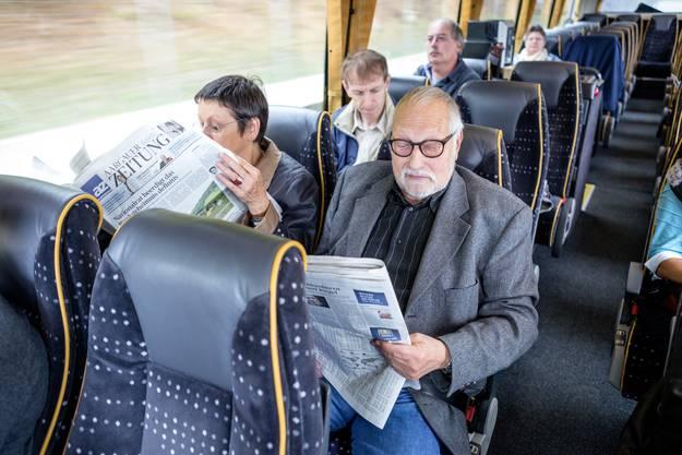 Elsbeth und Armand Martin lesen im Car nach Bern die akutelle az Aargauer Zeitung.