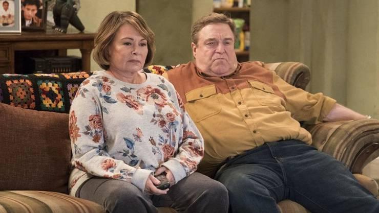 """Die TV-Serie """"Roseanne"""" ist nach 20 Jahren Pause wieder aufgenommen worden. Die Arbeiterfamilie Conner ist noch immer nicht auf Rosen gebettet. Die wirtschaftliche Situation lässt Roseanne (Bild links) Sympathien für Trump haben, während ihre Schwester Jackie auf der Gegenseite ist. (Archivbild)"""