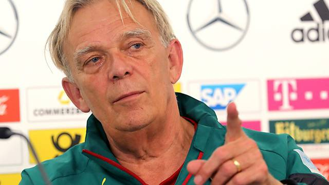 Der Deutsche Volker Finke ist seit Mai 2013 Trainer von Kamerun
