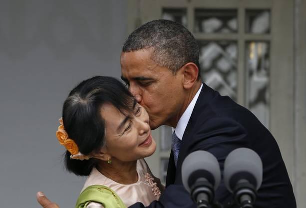 Burmas Oppositionsführerin Aung Sang Su Kyi ziert sich vor Obama.