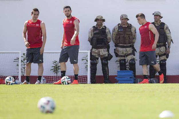 Shaqiri (rechts), Dzemaili und Garanovic beim Training  - bewacht und beobachtet von brasilianischen Soldaten.