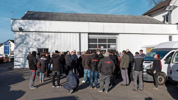 Liquidator Jakob Aeschlimann (beim Garagentor) erklärte den Ablauf, bevor er den Schnäppchenjägern Einlass gewährte.