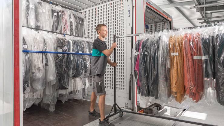Neben Logistik bietet «dreierfashion4you» Dienstleistungen wie Etikettierung und Dampfglätten an.