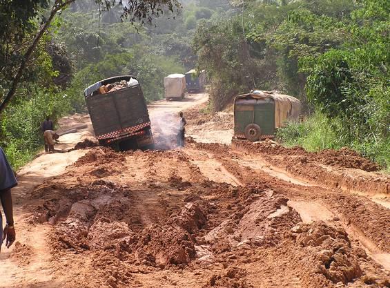 Vernachlässigte Infrastruktur: Nationalstrasse in Guinea während der Regenzeit.