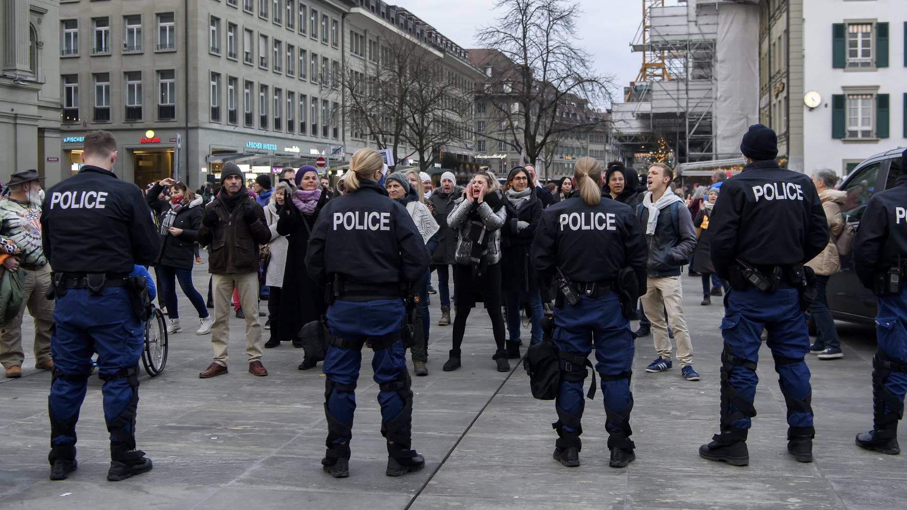 Viele Teilnehmende der Kundgebung hielten sich nicht an die Schutzmassnahmen, teilt die Kantonspolizei Bern mit.