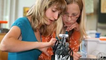 Die Erstklässlerinnen staunen, wie Patrizia und Lynn Roboter bauen. (Bild Regula Zellweger)