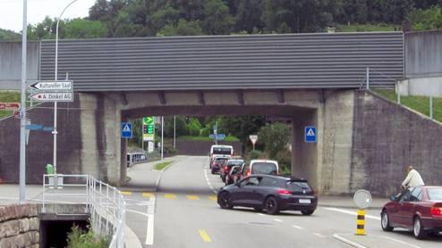Fahrzeugkolonnen bilden sich zur Stosszeit in Eiken. Vor der Unterführung befindet sich beidseitig die Zufahrt zu den Schleichwegen durch die Quartiere.