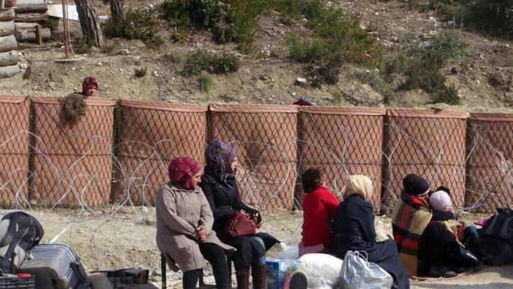 Syrische Flüchtlinge warten an einem Grenzübergang zur Türkei auf Einlass: Zehntausende fliehen derzeit vor den Kämpfen rund um Aleppo.