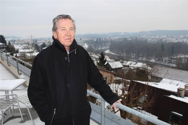 Von seinem Balkon aus sieht Stadtführer Heinz Koch direkt auf die Reuss, in deren Nähe er seit seiner Kindheit lebt. aw