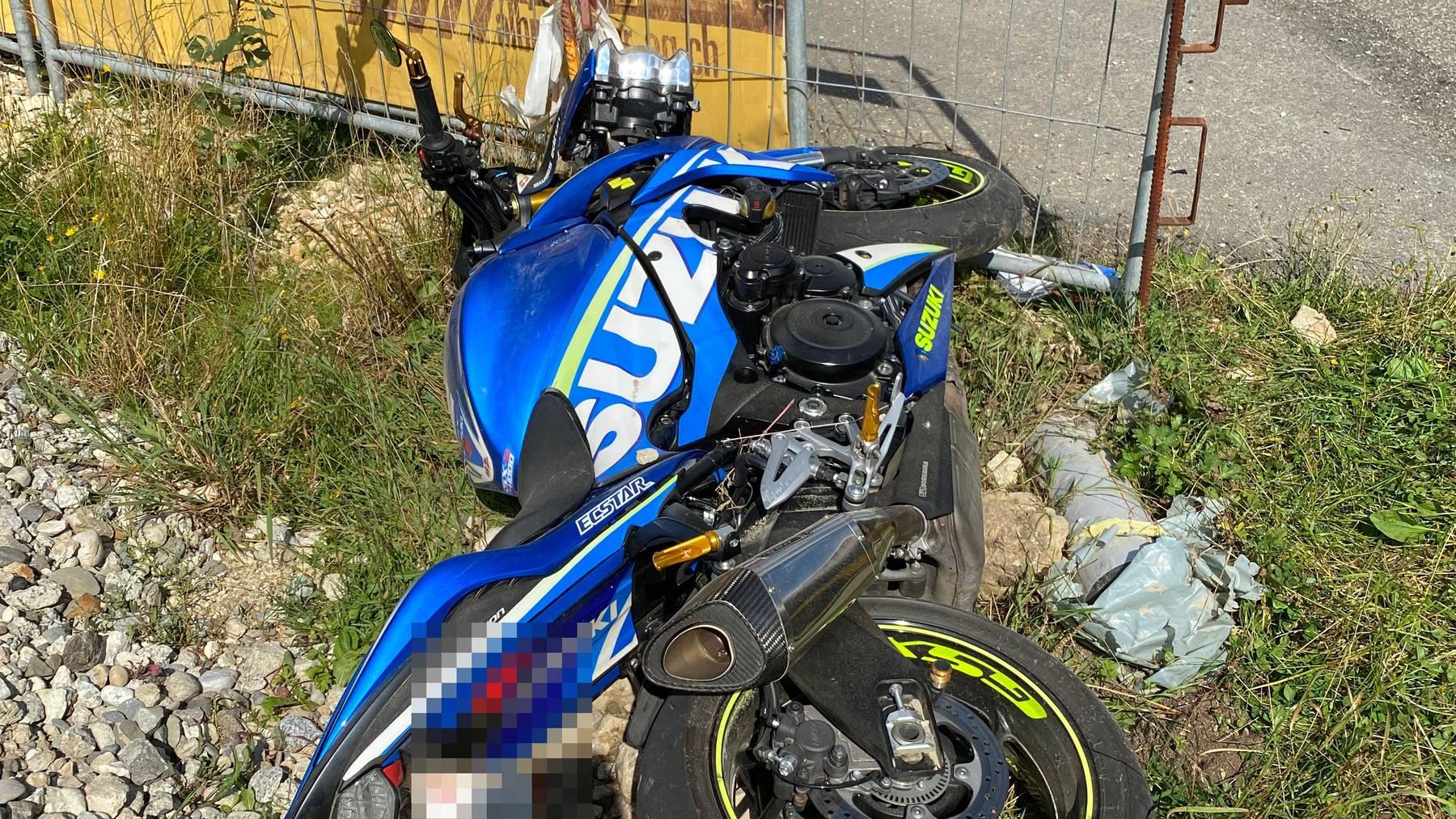Der Motorradfahrer wurde beim Unfall verletzt.