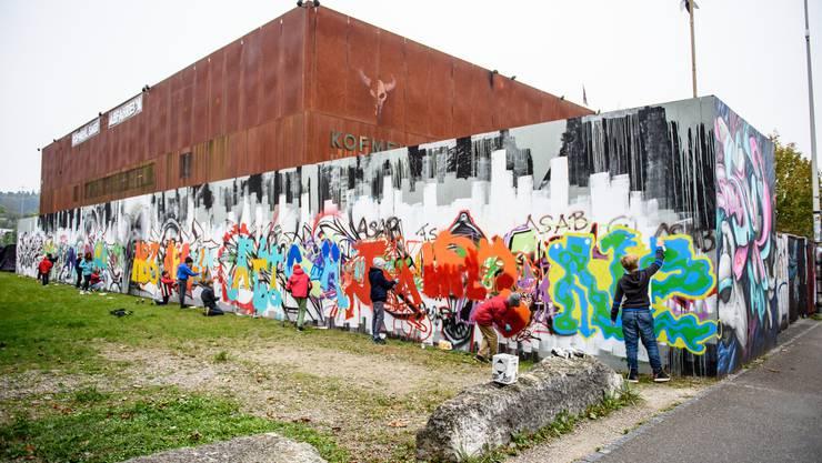 Graffiti-Kurs des kantonalen Mädchen- und Bubentages: Kunstwerk reiht sich hier nahtlos an Kunstwerk. Im Hintergrund die Kulturfabrik Kofmehl.