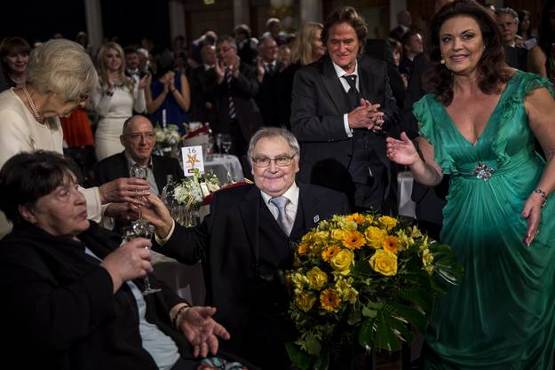 Schauspieler Jörg Schneider, Mitte, wird mit dem Prix Walo fuers Lebenswerk ausgezeichnet