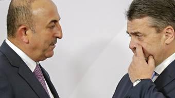 Haben Klärungsbedarf: der türkische Aussenminister Mevlüt Cavusoglu (links) und sein deutscher Amtskollege Sigmar Gabriel (in einer Aufnahme vom 16. Februar in Bonn).